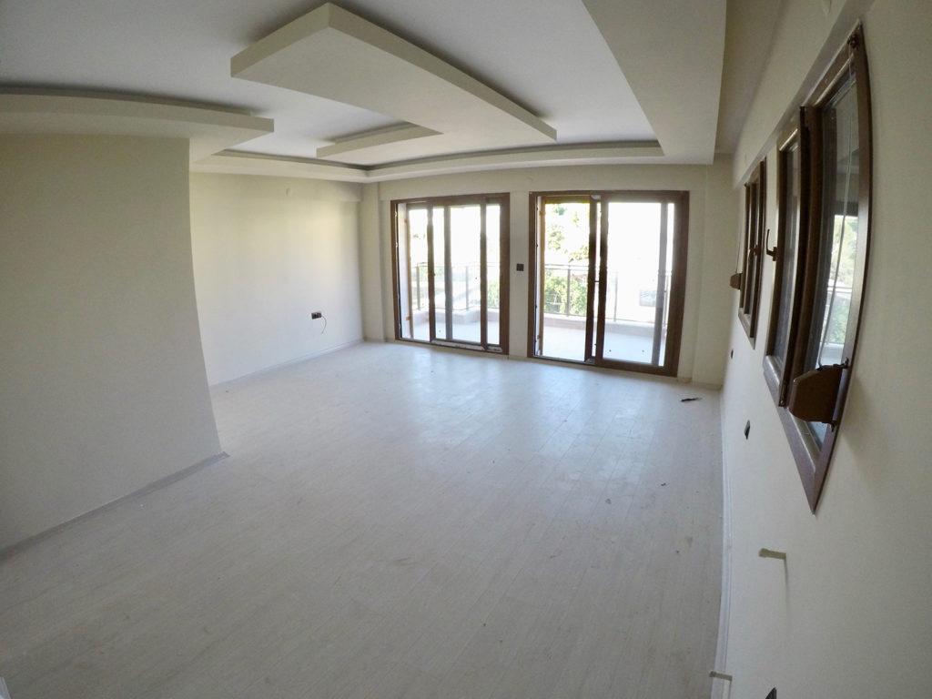 1. Kattaki geniş balkonlu ve özel banyosu bulunan ebebeyn yatak odası